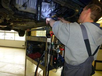 Automechaniker repariert Getriebe