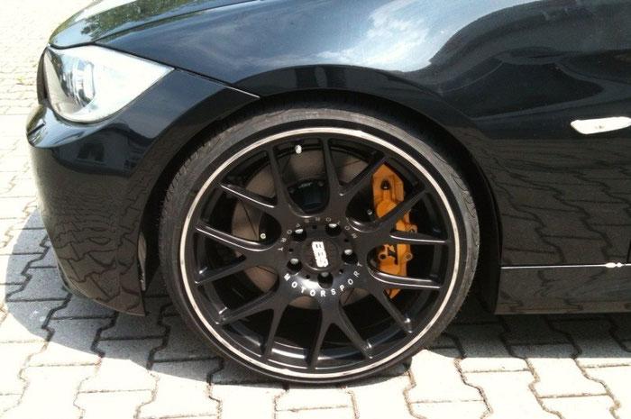 Auto Reifen mit orange Bremse