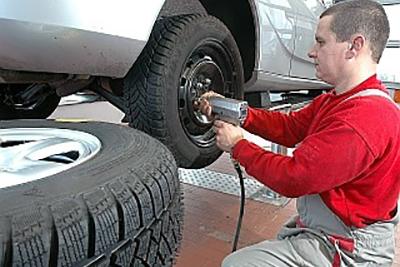 Mechaniker montiert Autoreifen