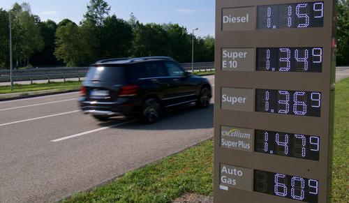 Anzeigetafel mit Treibstoffpreisen