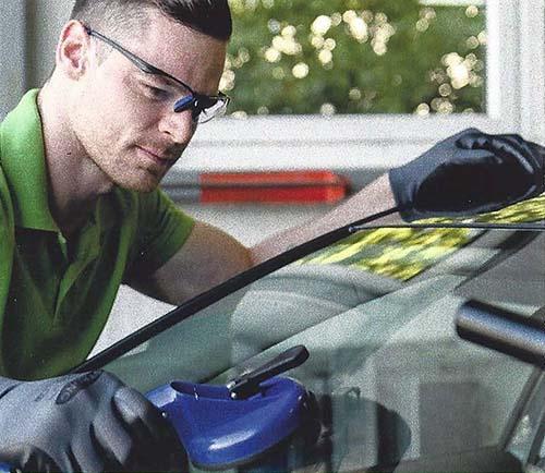 Mechaniker tauscht Autoglas aus